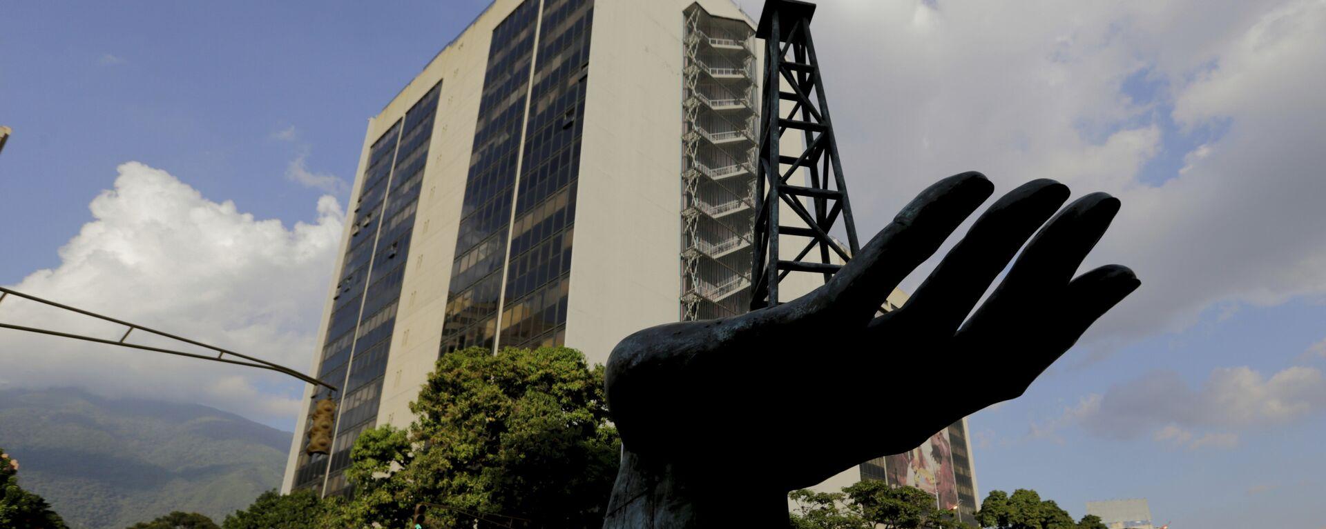 La esculptura de una bomba de gasóleo frente a la sede de la empresa venezolana PDVSA - Sputnik Mundo, 1920, 07.09.2021