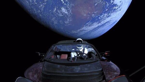 El Tesla Roadster que la empresa estadounidense envió al espacio en 2018 - Sputnik Mundo