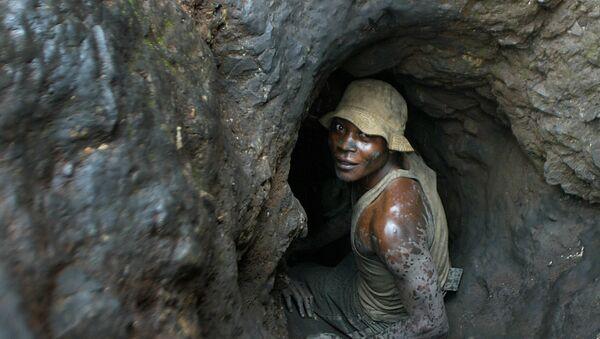 Un hombre entra en una mina de cobalto situada en la República Democrática del Congo - Sputnik Mundo