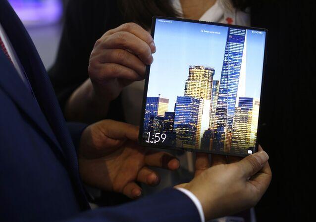 Un hombre sostiene un Mate X de Huawei durante el Congreso Mundial de Móviles