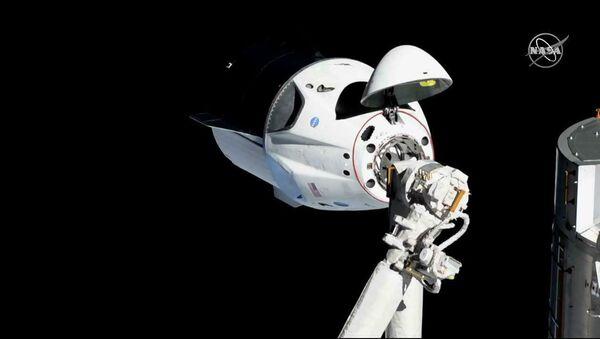 La nave Crew Dragon se acopla a la EEI - Sputnik Mundo