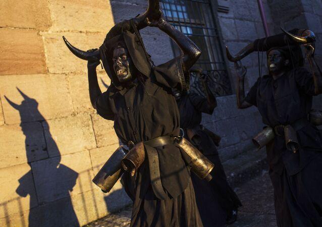 Diablos negros y almas errantes: los diablos de Luzón salen a las calles en España