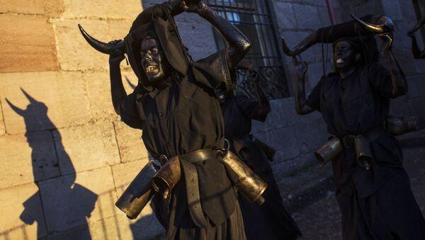 Diablos negros y almas errantes: los diablos de Luzón salen a las calles en España - Sputnik Mundo