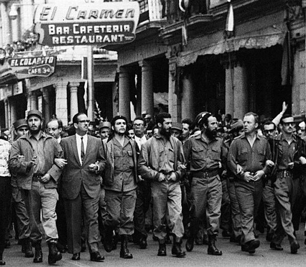 Fidel Castro, Osvaldo Dorticós y Che Guevara marchan por las víctimas de la explosión del buque francés La Coubre en La Habana, en 1960 - Sputnik Mundo