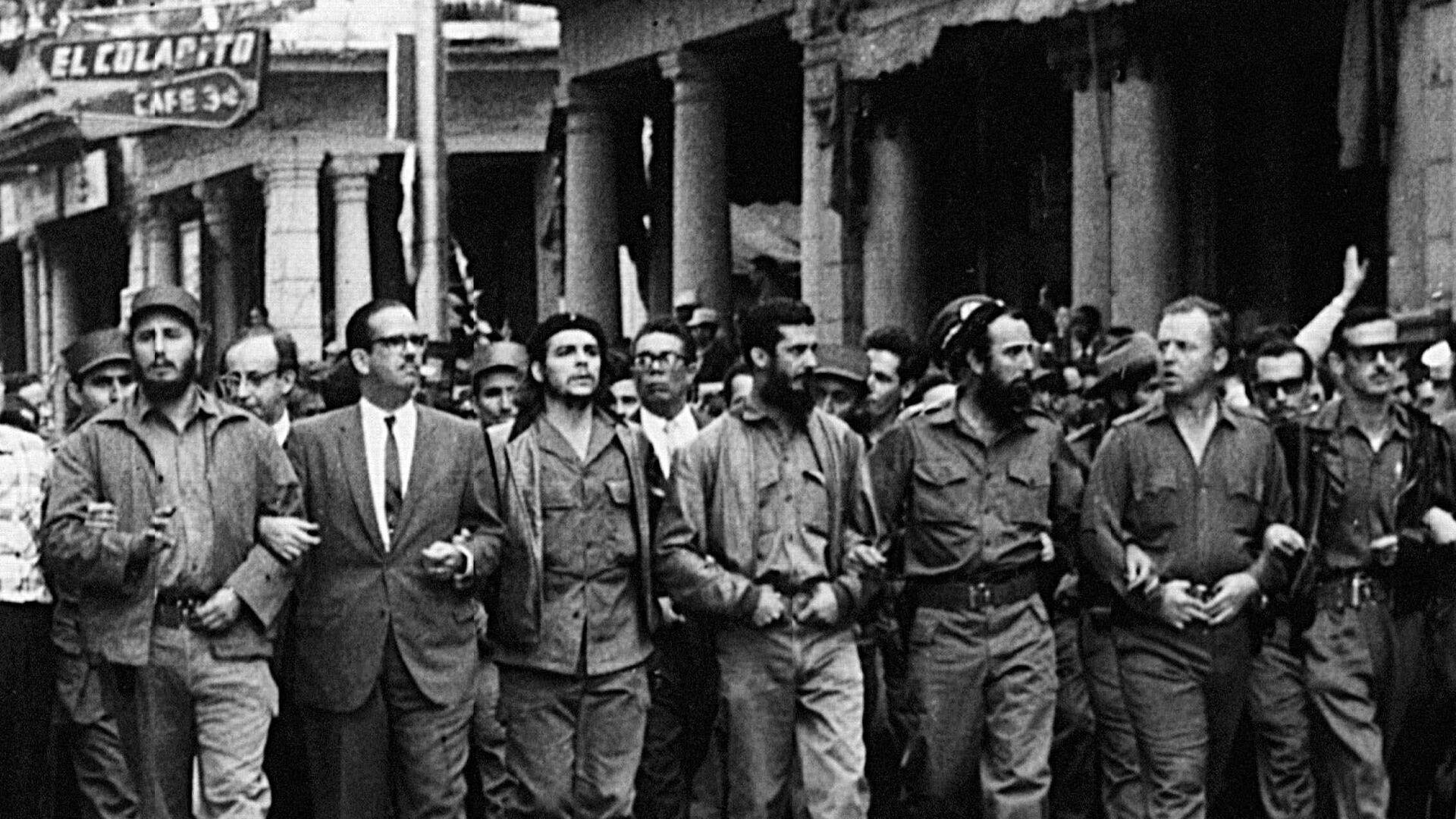 Fidel Castro, Osvaldo Dorticós y Che Guevara marchan por las víctimas de la explosión del buque francés La Coubre en La Habana, en 1960 - Sputnik Mundo, 1920, 04.03.2021