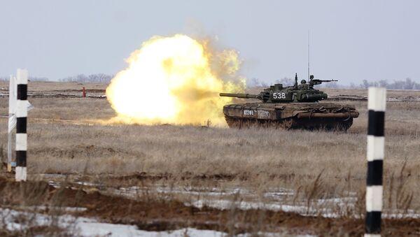 Военнослужащие на соревнованиях по танковому биатлону на полигоне Прудбой в Волгоградской области - Sputnik Mundo
