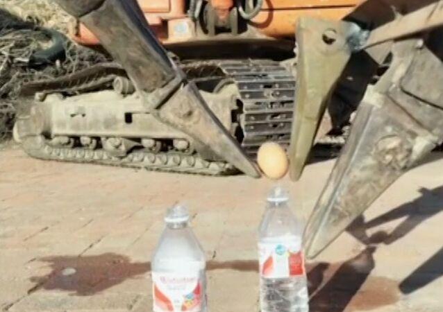 Con precisión quirúrgica: el operador de una excavadora muestra susincreíbles trucos