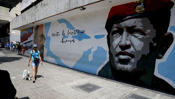 Un grafiti de Hugo Chávez, expresidente de Venezuela - Sputnik Mundo