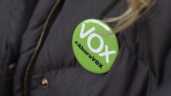 Una mujer lleva un alfiler que dice Vox, ahora - Sputnik Mundo