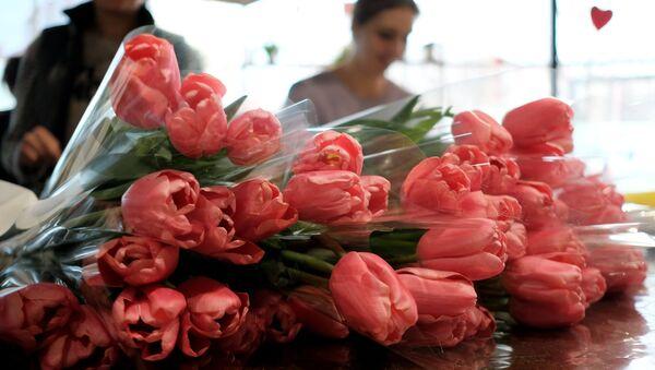 Las flores se venden para la fiesta del 8 de marzo en Rusia - Sputnik Mundo