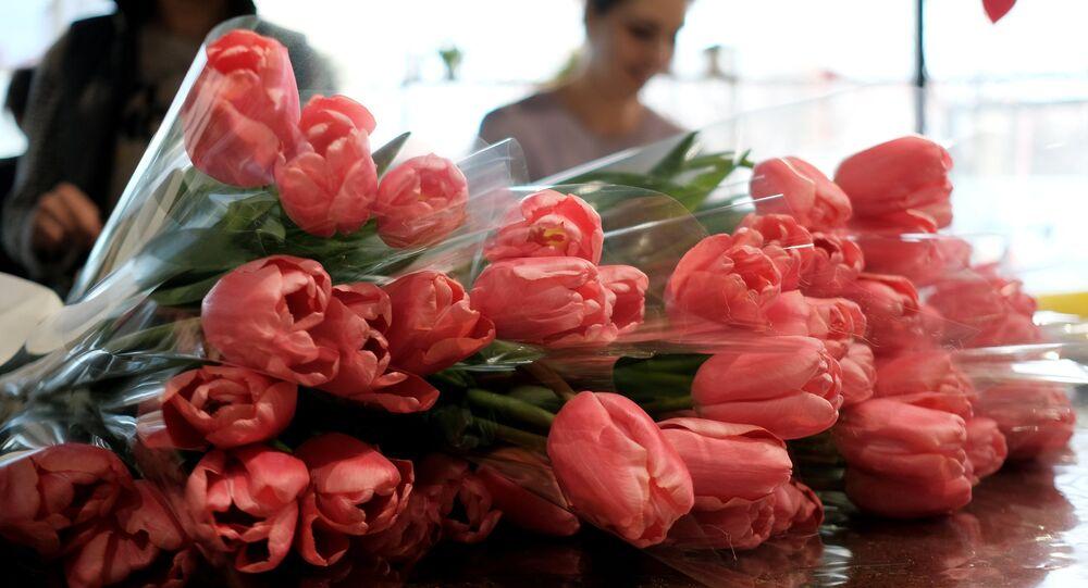 Las flores se venden para la fiesta del 8 de marzo en Rusia