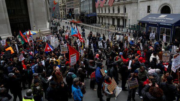 La gente protesta contra la política exterior de Estados Unidos en Venezuela ante la Bolsa de Valores de Nueva York - Sputnik Mundo
