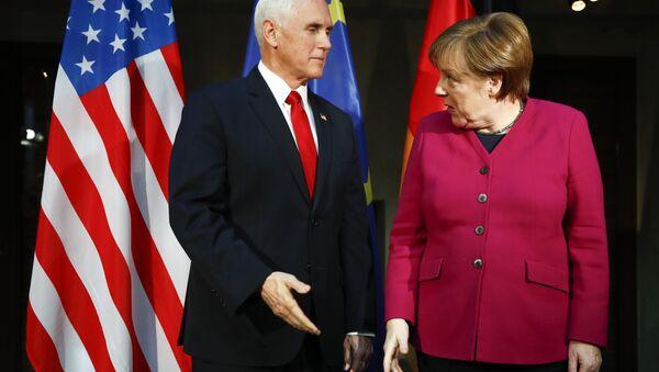 Mike Pence, vicepresidente de EEUU, y Angela Merkel, canciller de Alemana, durante la Conferencia de Seguridad de Munich (Alemania), el 16 de febrero de 2019 - Sputnik Mundo