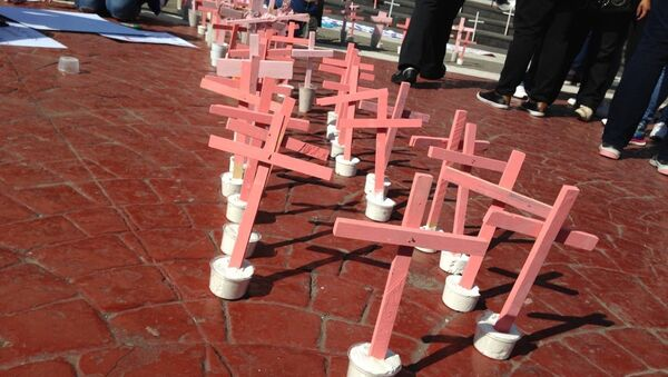 Cruces rojas por mujeres asesinadas en Ecatepec, México - Sputnik Mundo