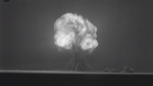 Exploción de la Trinity, la primera bomba nuclear (archivo) - Sputnik Mundo