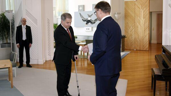 El presidente fiinlandés Sauli Niinisto junto con el primer ministro del país, Juha Sipila, aprobando la dimisión del Gobierno - Sputnik Mundo
