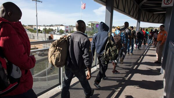 Haitian migrants seeking asylum in the United States, queue at El Chaparral border crossing in the hope of getting an appointment with US migration authorities, in the Mexican border city of Tijuana, in Baja California, on October 7, 2016 - Sputnik Mundo