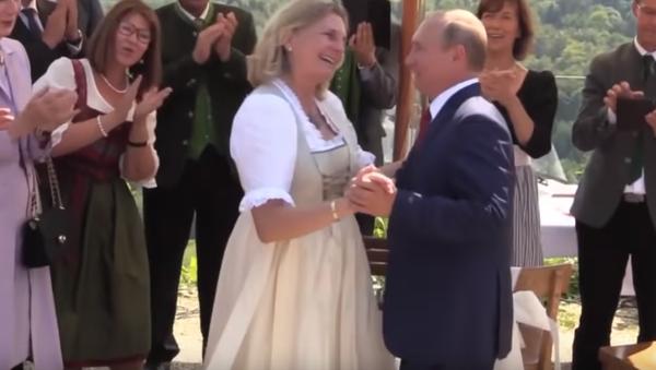 Putin baila con la ministra de Exteriores de Austria, Karin Kneiss - Sputnik Mundo
