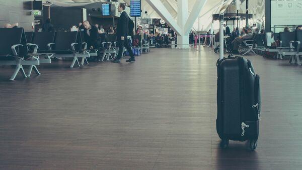 Una maleta en el aeropuerto - Sputnik Mundo