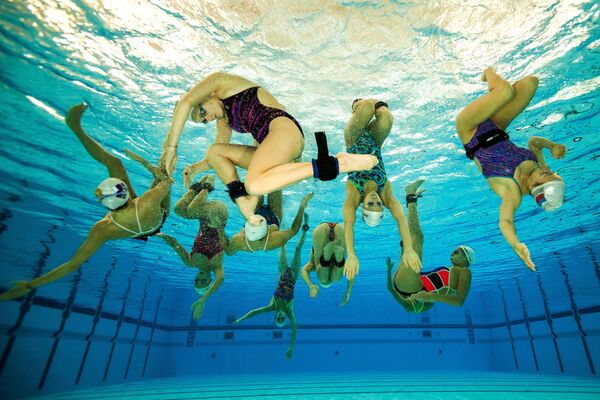 ¡Como peces en el agua! Así se entrena el equipo femenino ruso de natación sincronizada - Sputnik Mundo