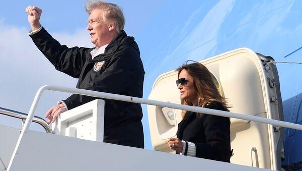 El presidente estadounidense, Donald Trump, y la primera dama, Melania Trump, desembarcan del Air Force One - Sputnik Mundo