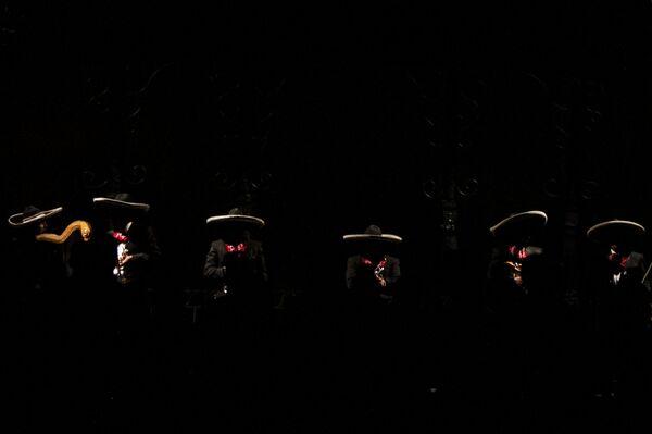 Músicos tocan mariachi durante la presentación del Ballet folklórico de México de Amalia Hernández. - Sputnik Mundo