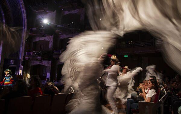 Bailarines del Ballet Folklórico de México de Amalia Hernández entre el público de Bellas Artes. - Sputnik Mundo