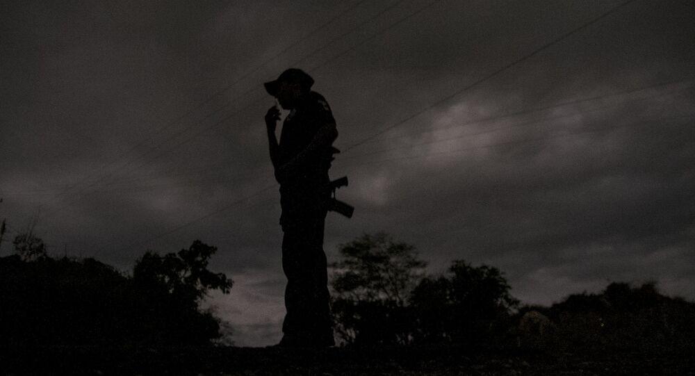 Guerrero. Policía comunitario de la Coordinadora Regional de Autoridades durante sus labores nocturnas.