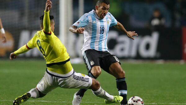 Los futbolistas Edwin Cardona, de Colombia, y Carlos Tevez, de Argentina, durante la Copa América en Chile, el 26 de junio de 2015 - Sputnik Mundo