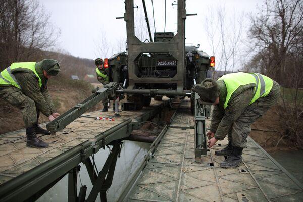 Entre barro y obstáculos: cómo los ingenieros rusos le dan bienvenida a la primavera - Sputnik Mundo