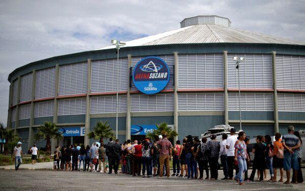 La gente hace fila para asistir al velorio las víctimas asesinadas en un tiroteo en la Escuela Raúl Brasil, en Suzano, Brasil. - Sputnik Mundo