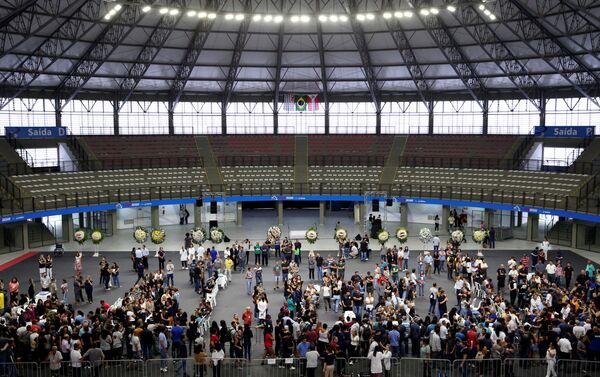 La gente asiste al velorio de las víctimas del tiroteo en la Escuela Raúl Brasil, en Suzano, Brasil. - Sputnik Mundo