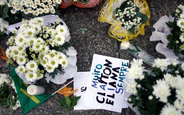 Rinden homenaje a las víctimas asesinadas en un tiroteo en la Escuela Raúl Brasil, frente a la escuela en Suzano, Brasil. - Sputnik Mundo