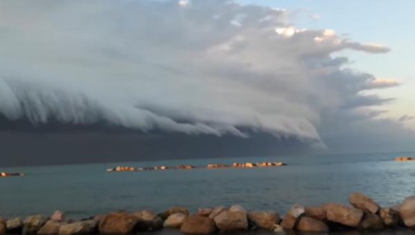 Una aterradora nube arcus se acerca a la costa de este de Italia - Sputnik Mundo