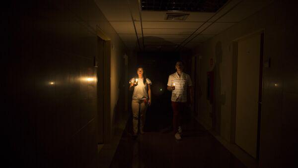 Parientes de un paciente dentro de una clínica durante el corte eléctrico producido en Caracas - Sputnik Mundo