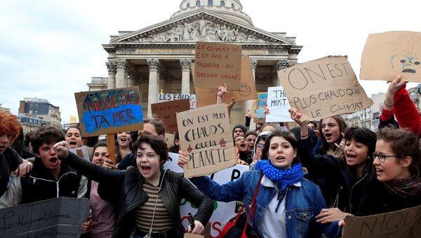 Estudiantes llaman a una huelga masiva contra el cambio climático en París, Francia - Sputnik Mundo