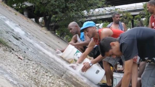 Los venezolanos se ven obligados a hacer acopio de agua por el apagón - Sputnik Mundo