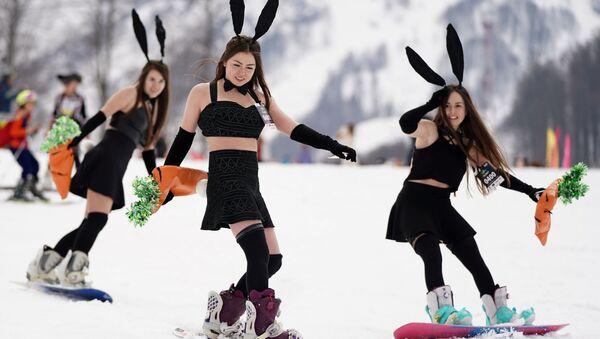 Bikinis y disfraces: miles de personas participan en el carnaval BoogelWoogel en Sochi - Sputnik Mundo