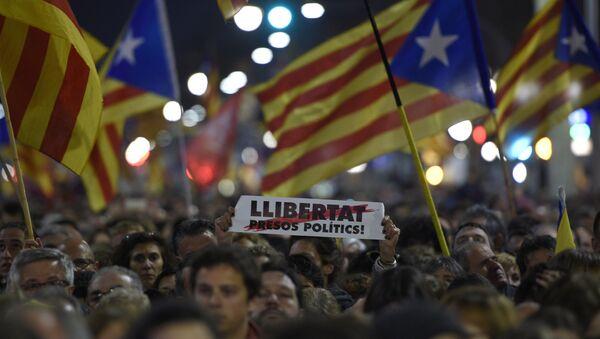 Manifestantes protestan por la libertad de los presos políticos catalanes - Sputnik Mundo