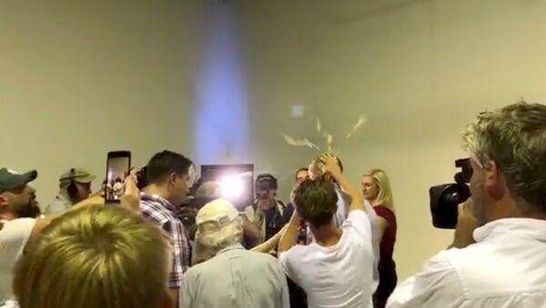 El senador australiano Fraser Anning tiene un huevo aplastado contra su cabeza - Sputnik Mundo