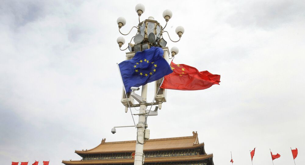 Las banderas de la UE y China