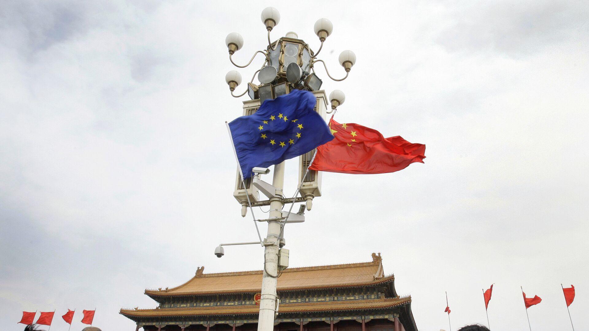 Las banderas de la UE y China - Sputnik Mundo, 1920, 23.03.2021