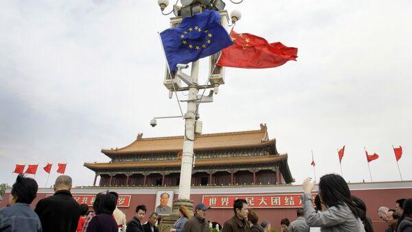 Las banderas de la UE y China - Sputnik Mundo