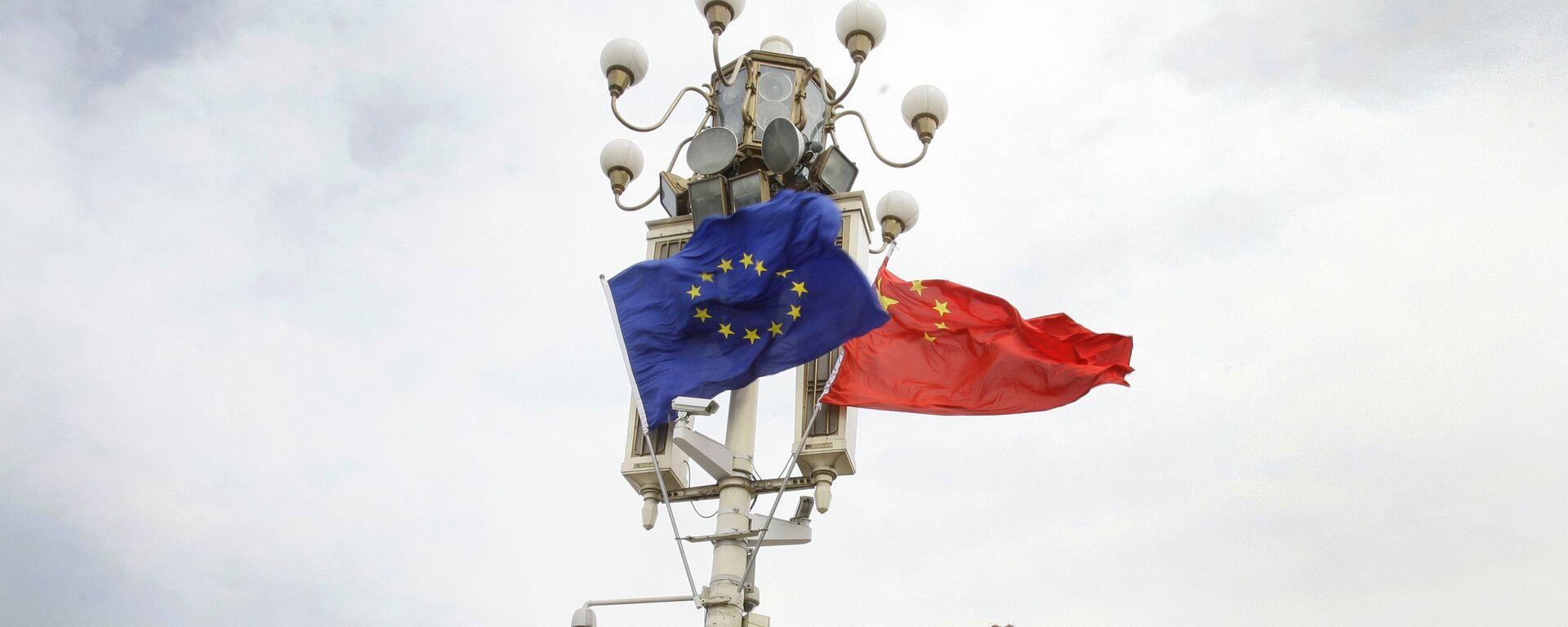 Las banderas de la UE y China - Sputnik Mundo, 1920, 02.01.2021