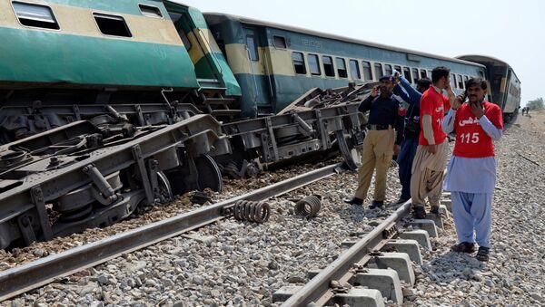 El descarrilamiento de vagones tras la explosión en Pakistán - Sputnik Mundo