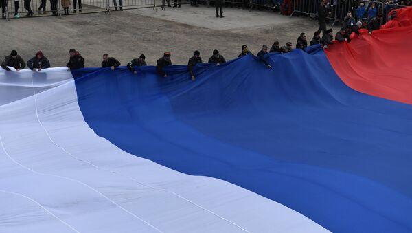 Los motociclistas del club ruso Lobos de la Noche establecen un récord al celebrar la reunificación de Crimea: exhiben la bandera más grande de Rusia - Sputnik Mundo