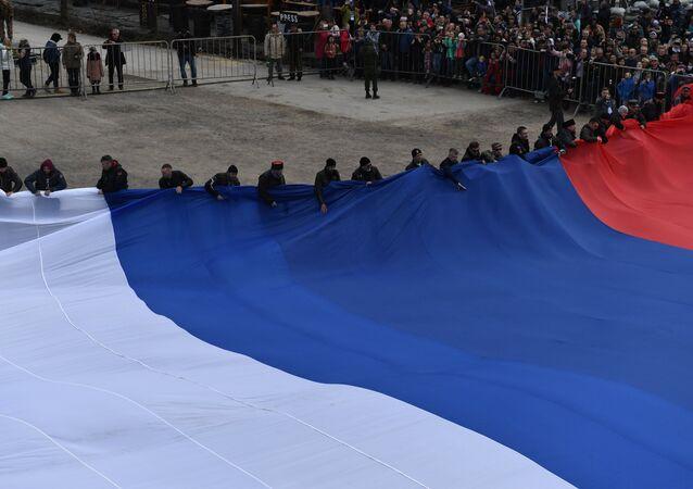 Los motociclistas del club ruso Lobos de la Noche establecen un récord al celebrar la reunificación de Crimea: exhiben la bandera más grande de Rusia