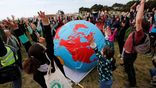 Unos manifestantes pidiendo medidas urgentes para combatir el cambio climático - Sputnik Mundo