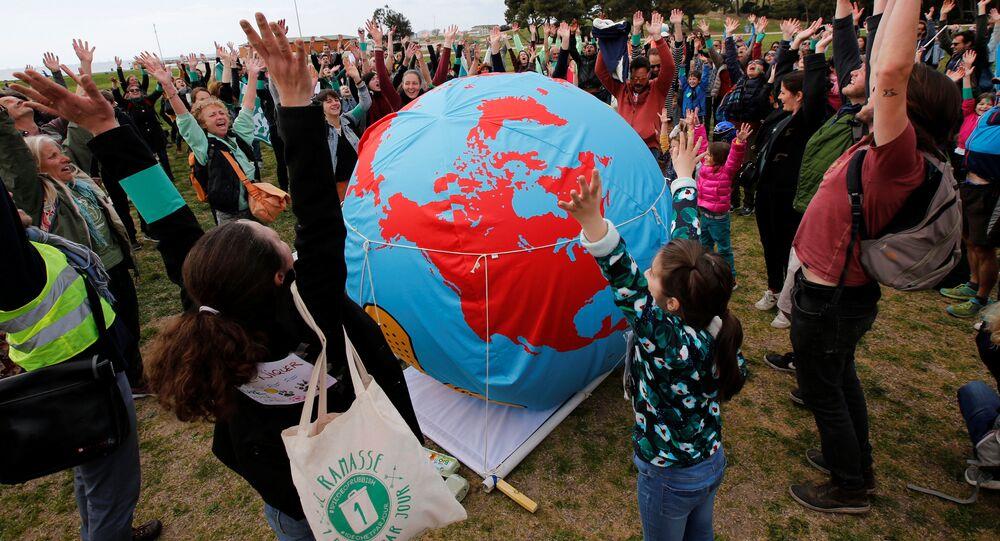 Unos manifestantes pidiendo medidas urgentes para combatir el cambio climático