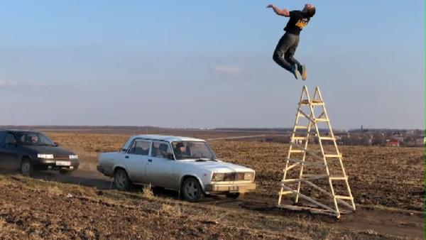 Un ruso se juega la vida haciendo acrobacias mortales - Sputnik Mundo